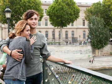 "Miley Cyrus und Douglas Booth in ""LOL"""