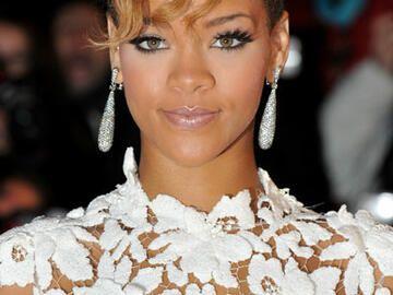 Rihanna Mit Locken Pony