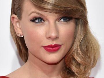 Taylor Swift Mit Mittellanger Frisur