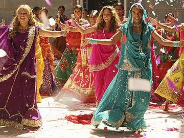tanzszene-aus-cheetah-girls-one-world-mit-farbenfrohen-bollywood-kostuemen-557x313-305254.jpg